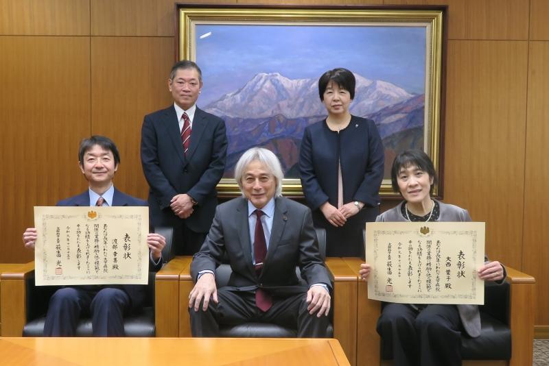 前列左から渡部主任理学療法士、大橋学長、大西看護師 後列左から宮本診療支援部長、久保看護部長