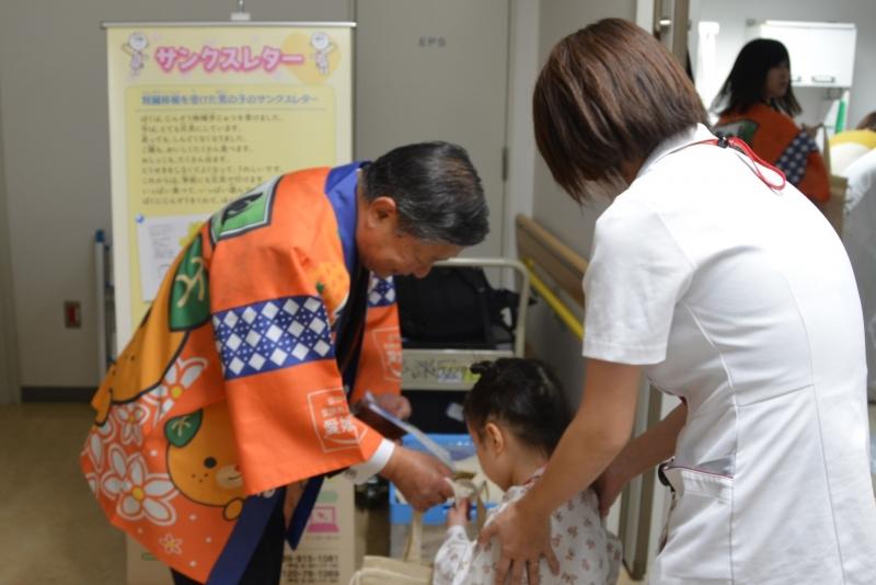 子どもに案内を渡す森田理事長